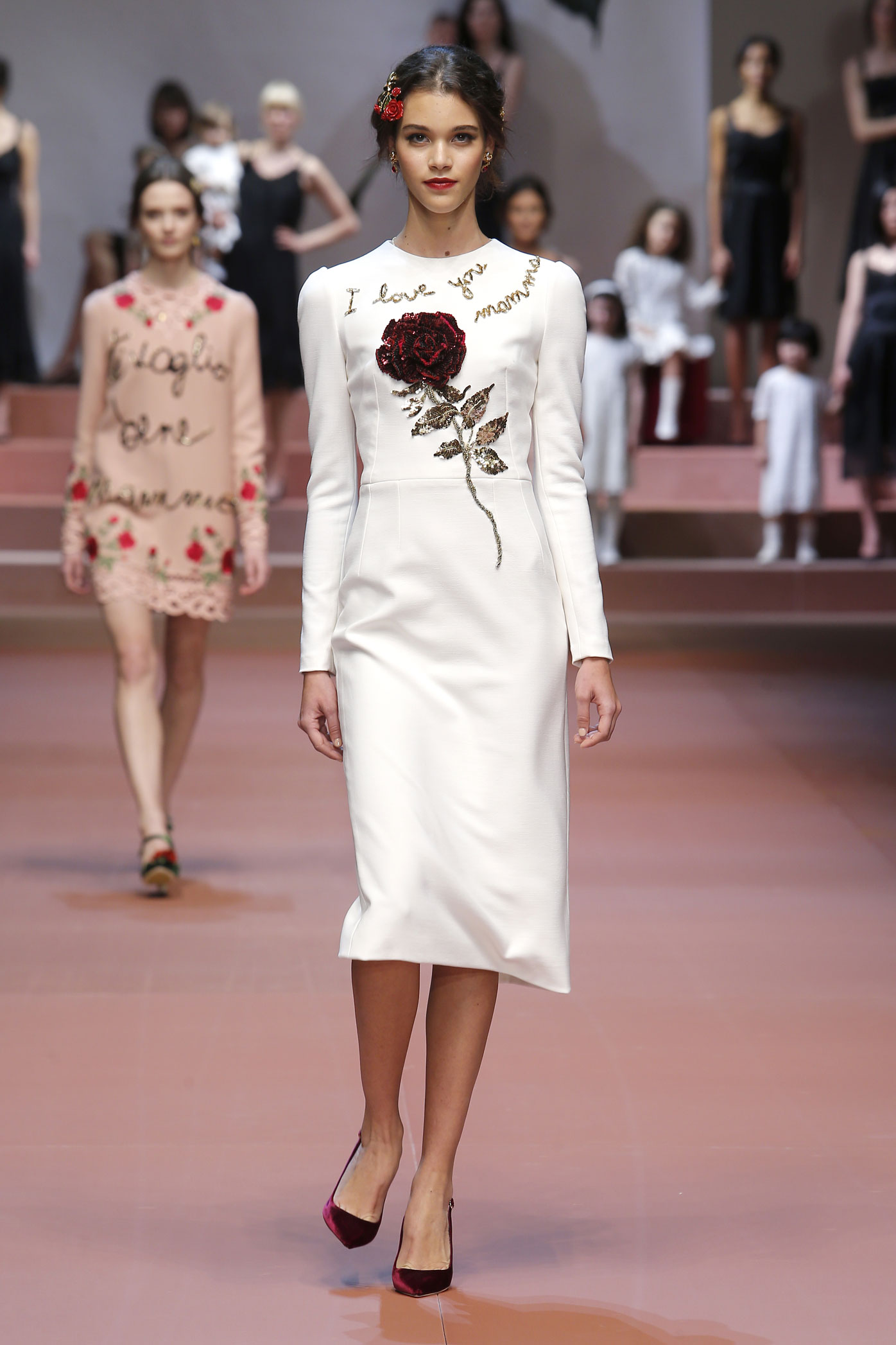 dolce-and-gabbana-winter-2016-women-fashion-show-runway-01-zoom